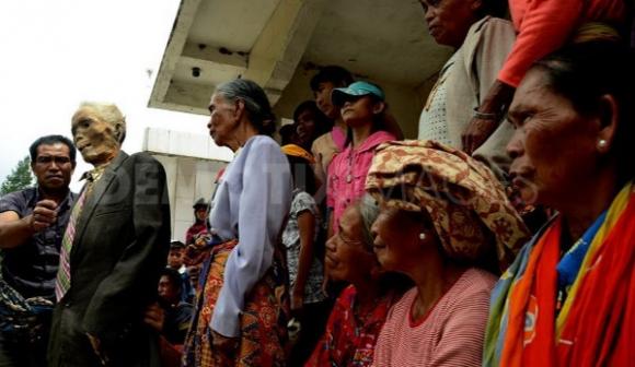 بالصور في اندونسيا يخرجون الجثث لتغير ملابسها كل 3 سنوات 482 2