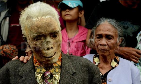 بالصور في اندونسيا يخرجون الجثث لتغير ملابسها كل 3 سنوات 482 3