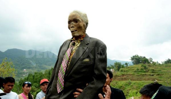 بالصور في اندونسيا يخرجون الجثث لتغير ملابسها كل 3 سنوات 482 6