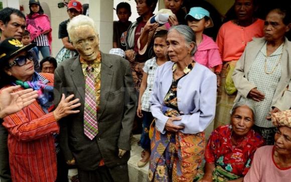 بالصور في اندونسيا يخرجون الجثث لتغير ملابسها كل 3 سنوات 482 7