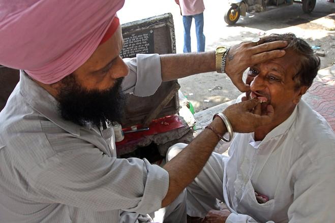 صوره فقط في الهند , صور اطباء الاسنان تحت الاشجار