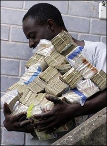 صور اغبى عملة في العالم   ,    عملة زيمبابوى فى الضياع