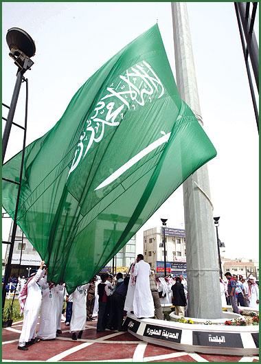 بالصور اطول علم سعودي , سارية العلم الاطول ترفرف فى جده 1433 3