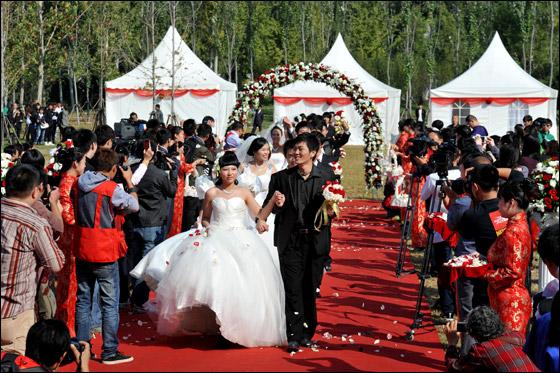 صورة صور زواج جماعي , في حديقة هيديان في بكين 3169 4