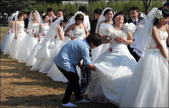 صورة صور زواج جماعي , في حديقة هيديان في بكين 3169 5