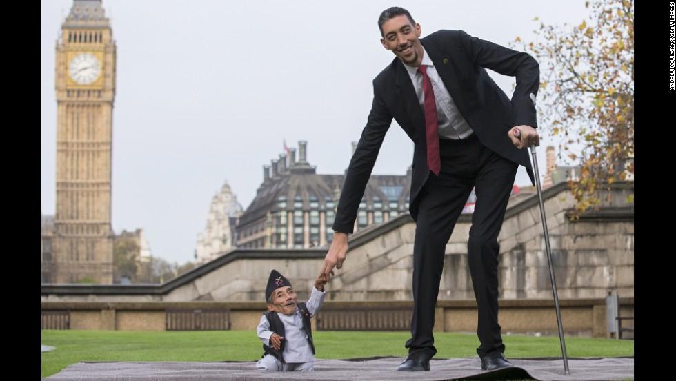صورة اطول رجل واقصر رجل بالعالم , مجموعه صور تبين فرق احجام بين الناس