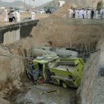 في السعودية فقط , صور سقوط السيارات في الحفر