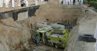 صوره في السعودية فقط , صور سقوط السيارات في الحفر