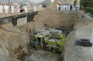 صورة في السعودية فقط , صور سقوط السيارات في الحفر