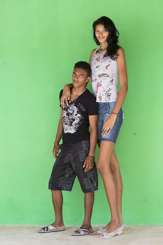 صورة اطول مراهقه في العالم , خطوبة اطول مراهقة في العالم البرازيلية اليزاني دا كروز