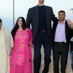 """اطول رجل في العالم , اطول رجل في العالم يتزوج من سورية ويصفها بانها """"حب حياته"""""""