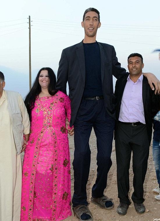 بالصور اطول رجل في العالم , اطول رجل في العالم يتزوج من سورية ويصفها بانها حب حياته 4706