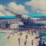 اغرب مطار في العالم , الطائرات فوق رؤس السياح فى اغرب مطار بالعالم
