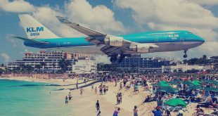 صوره اغرب مطار في العالم , الطائرات فوق رؤس السياح فى اغرب مطار بالعالم