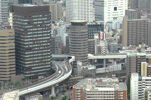 صوره طريق سريع يمر من داخل مبنى سكني في اليابان , اغرب صور لطريق سريع