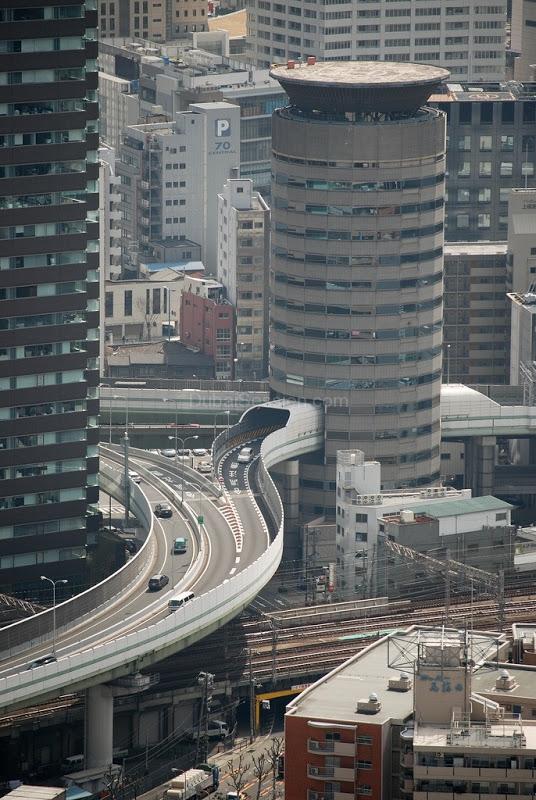 طريق سريع يمر من داخل مبنى سكني في اليابان , اغرب صور ...