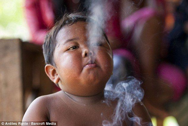 صوره اصغر مدخن في العالم , صور الطفل الصيني مدمن السيجارة