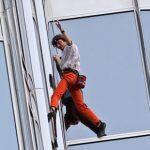 الرجل العنكبوت يتسلق برج خليفة , التحدي و الاصرار للمغامر الفرنسي روبير