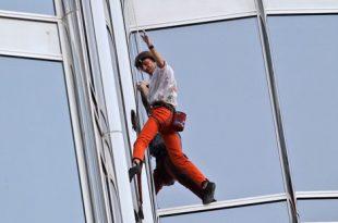صورة الرجل العنكبوت يتسلق برج خليفة , التحدي و الاصرار للمغامر الفرنسي روبير