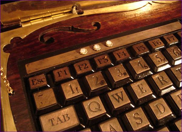 صورة صور لاب توب ملكة بريطانيا , شاهد شكل جهاز الحاسوب الخاص بملكة بريطانيا 641 2