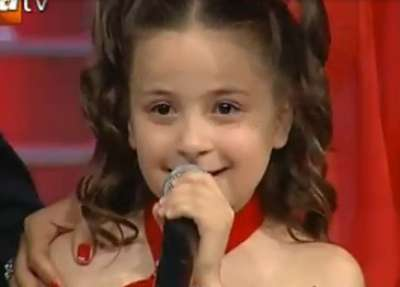 صوره الطفلة التي ابكت العالم , صوت وجمال