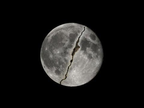 صوره اقتربت الساعة وانشق القمر , علامة عمرها 1400 سنة