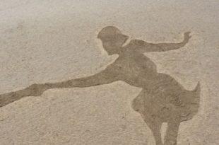 بالصور صور رسم بنات في البحر , فن وابداع الرسم على الرمال للبنات 14486 8 310x205