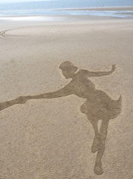 صور صور رسم بنات في البحر , فن وابداع الرسم على الرمال للبنات