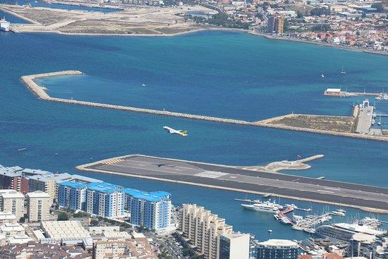 بالصور مطار جبل طارق , احدث صور لاكبر مطار في عالم 10676 2