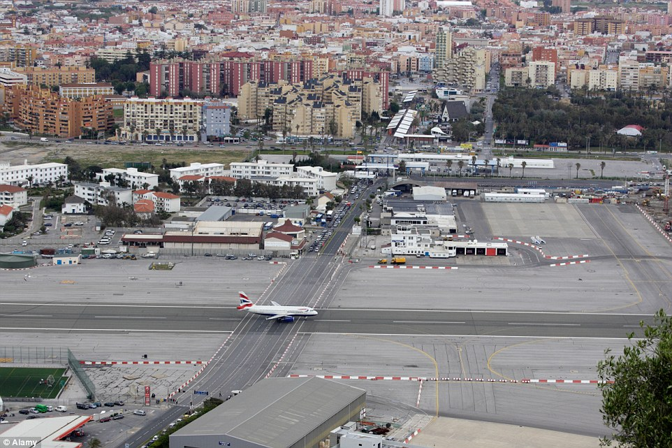 بالصور مطار جبل طارق , احدث صور لاكبر مطار في عالم 10676 3