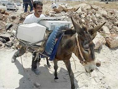صوره شر البلية ما يضحك , بين الفقر ضحكة الشعوب