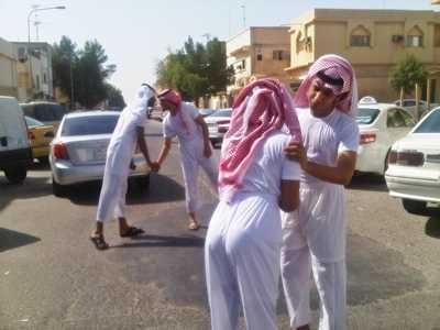 بالصور ابو سروال وفنيله , صور شباب يمزحون في شوارع عامة 11232 4